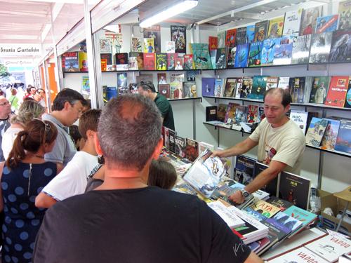 Man na caseta de Komic Librería na Feira do Libro de A Coruña