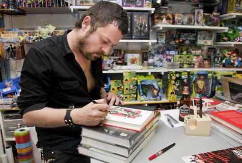 David Rubín asinando unha das súas obras en Komic Librería